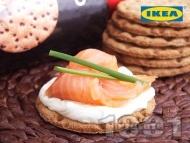 Ръжени крекери със сирене Крема, пушена сьомга и лимонова трева